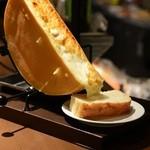 炭焼き海鮮バル オルサリーノ - 料理写真:南フランス産ラクレットチーズ