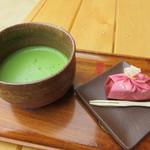 岡山後楽園 福田茶屋 - お抹茶(団子付き)