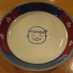助八寿司 - 先代の店主の似顔絵の小皿。