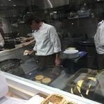 幸せのパンケーキ - キッチンは、ガラス張りで店内から見えます♪