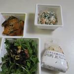 博多えんむすび -  お惣菜などは食べ過ぎない様に最初から小分けして売ってあったんでお惣菜を3つおにぎりを一個買って帰ってみました。