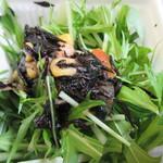 博多えんむすび - ひじきサラダ230円、サラダの上にひじきが乗ってるんでドレッシング無しでも美味しくいただけます。