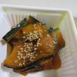 博多えんむすび - カボチャのキンピラ150円、カボチャを食べやすく薄くスライスしてキンピラに仕上げてあります。