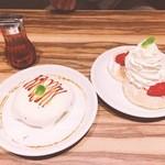 50333339 - 左→とろけるメープルクリームパンケーキ                       右→たっぷりクリームのストロベリーパンケーキ(メープルソースあり)