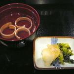 いた屋本家 - あゆの釜飯(¥990)につくお吸い物と香物。こちらも上品なお味。