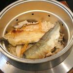 いた屋本家 - あゆの釜飯(¥900)。身をほぐして混ぜて頂きます。鮎はあらかじめ焼かれていて旨味も香りも増しておいしかったです!