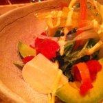野菜料理と土鍋ごはんの店 侒 - アボカドとモッツアレラチーズのトマトジュレサラダ