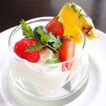 50342286 - デザート 300円 のレモングラスのブランマンジェ フルーツ添え