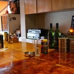 CAFE Rijn - 木目がきれいなカウンター
