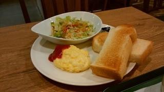 カフェ&バー プロント - モーニングの「ビタミンサラダとチーズオムレツセット」です。