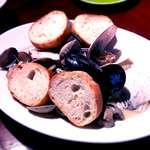 Bistro UO-ZA - たっぷり貝のワイン蒸し (2016.3.25)