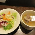 いきなりステーキ イオンモール筑紫野店 - サラダ用のドレッシングは卓上に2種類あります。                             スープは牛スジ肉入りです。