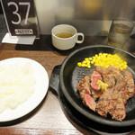 いきなりステーキ イオンモール筑紫野店 - スープ・サラダ・ライスも付いてます。ソースが和風なのも白ご飯に合ってて、総合的に満足できました。