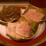 公界 - くじら珍味三種盛り。時計回りにさえずり(中)、さえずり(表面)、赤身の漬け
