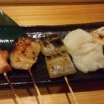 50371130 - 5種盛り 980円(税別) お店のウリの魚串は左からサーモン、さわら、太刀魚(以上が西京味噌漬け)、そして塩でホタテと鮭ハラス。