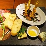 50372847 - タパス・チーズ・生ハムACORN盛り合わせ 1,680円
