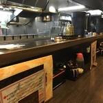 大阪王 - 店内テーブル席と厨房