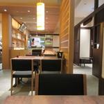 そば茶屋 華元 本膳庵 - オープンして間もない訪問でしたが12時前に訪問したのでまだお店には空席がありましたが流石に12時過ぎには美味しい更科蕎麦を求めてお店の前には行列が出来てました。