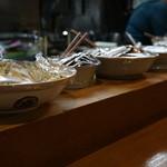 美人亭 - カウンターに美味そうなおばんざいが並ぶ