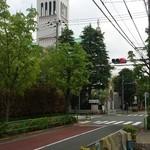 パティスリー ジュンウジタ - サレジオ教会と街路樹。