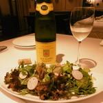 ル・ビストロ クー ドポール - 白ボトルと季節の野菜サラダ