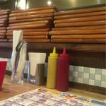 ハイファイブ バーガーズ - テーブルにはケチャップ、マスタード、包み紙、おしぼり