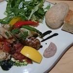 森のレストラン - 自家製ソーセージ&鶏もも肉のコンフィプレート(パン付き)