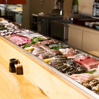 漁港直送・活魚介が並ぶ店。