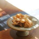千寿 竹やぶ - お通しの蕎麦せんべい