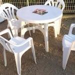 壱席弐鶏 - お店脇で頂くことも出来ます。空いていれば、こちらのテーブル席で持参したお酒&お店の唐揚げを楽しんでもいいそうです(^-^)。
