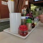 麺処 梅花皮亭 - 調味料と厨房