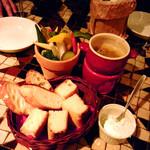 バール タッチョモ - お通しのパーネ(パン)とバーニャカウダ