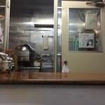ハクライ屋 - 店内から調理場