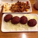 レストラン パサルガダエ バビル - Pasaセットのケバブ(上/食べかけ)&ファラフェル(下)