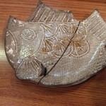 50419807 - 魚の小皿が金継ぎにて再生:日本の技術だねぇ【2016.3.7夜撮影】