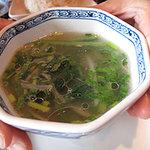カオサン - スープは、あっさりチキンベースで、具はモヤシと青菜が入ってます。