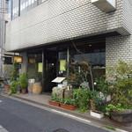 カフェ ビィオット - 6階建てマンションの1階部分 (2016/4)
