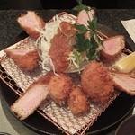 とんかつ マンジェ - 「ヘレ肉丸太とんかつチョイス(貝柱.カニクリームコロッケ)定食」アップ。彩りが綺麗です。