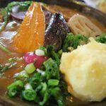 おうどん くるみ家 - カレーうどん(素揚げ旬野菜)半熟卵天トッピング、彩りがきれい