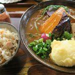 おうどん くるみ家 - カレーうどん(素揚げ旬野菜)半熟卵天トッピング+日替わりごはん