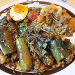ダメヤ - なすと豆と特製たまご入りトリプルキーマ 1200円(トリプルキーマデラックス)。