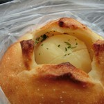 50436059 - 焼き立てはとろけるバターのじゃがバター。オネエサンが「バターがこぼれるので真っ直ぐに持って下さいね。」