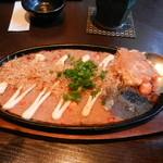 芋蔵 - タコ入り山芋とろろの鉄板焼きは濃いめの味付けで酒の肴にはピッタリです