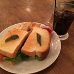 カフェ・マディ - アボカドサーモンサンドイッチ