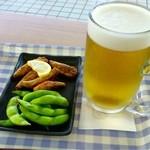 キッチンそらら - 生ビールセット(枝豆とフグの唐揚げ 950円)