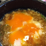 丸亀製麺 - 釜揚げのつゆに温泉たまごと天かすを投入