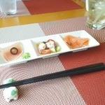 キッチン風見鶏 - 前菜三種盛り 右から、スモークサーモン・タコのマリネ、生ハム
