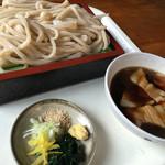 アライ - つけ肉うどん 600円。 煮干し風味の美味しい出汁です。