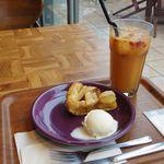 ネイバーフッド アンド コーヒー - シェイクン オレンジ ラズベリー ICED 青森産りんごのアップルパイ with アイスクリーム