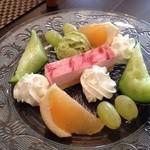 グランディール - 16/4/29 ケーキとフルーツの盛合せ ¥900